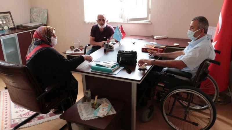 Bedensel engelli muhtar çalışma azmiyle takdir topluyor