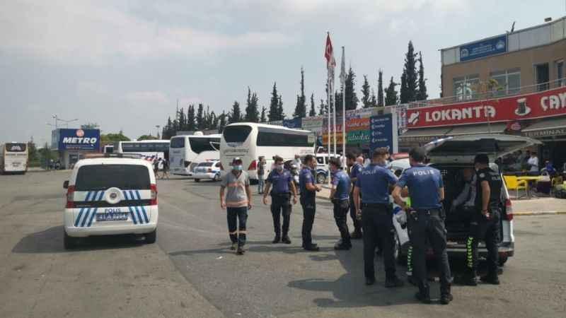 Polis memuru otobüsle ekip aracı arasında sıkıştı