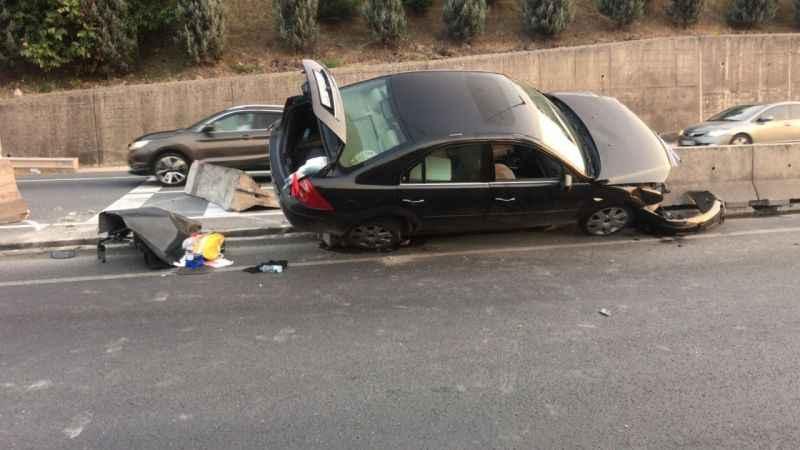 Kadın sürücü tırı sollamak isterken bariyerlere çarptı: 2 yaralı