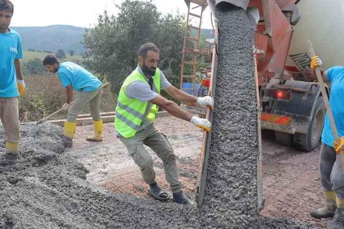 İzmit Belediyesi, Dağköy'de beton yol yapımına başladı