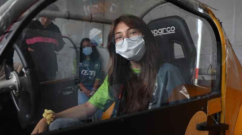 Erkekleri 'getir götür' işlerinde çalıştıran kızlar, elektrikli araç yaptı