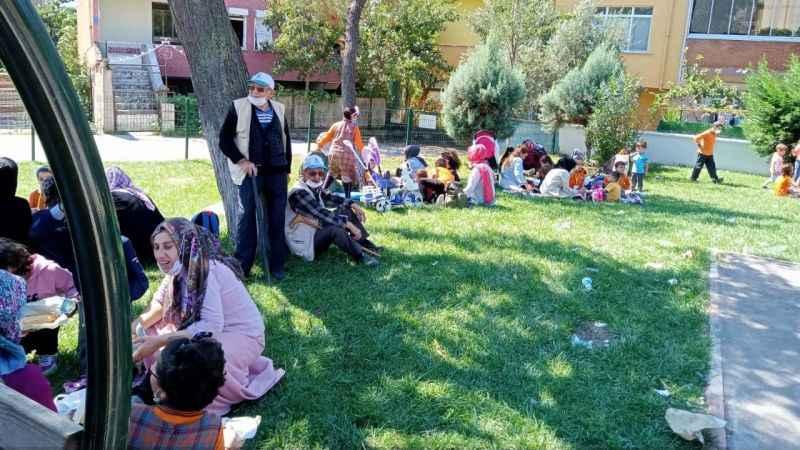 Körfez 100. Yıl Atatürk İlkokulu'nda skandal! Öğrenciler parkta yemek yiyor