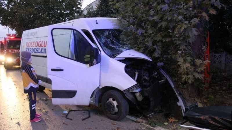 Asırlık çınar ağacına çarpan sürücü araç içinde sıkıştı