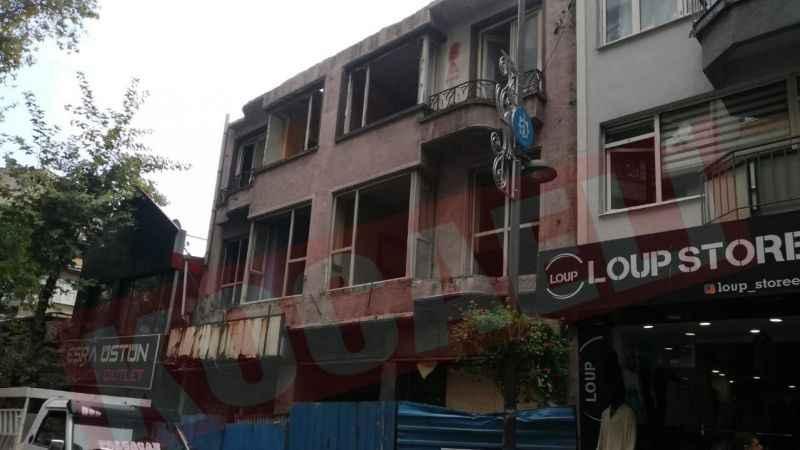 İzmit'te cadde üzerindeki ağır hasarlı bina yıkılıyor