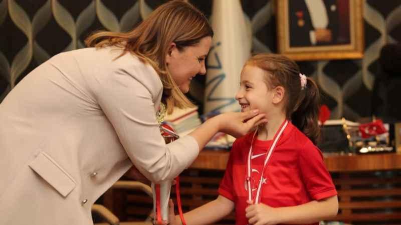 Anne-Başkan Hürriyet şampiyonu bağrına bastı
