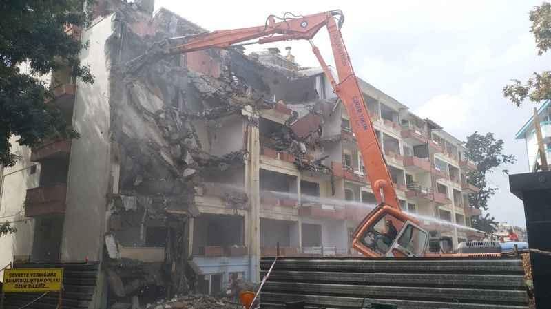 Fuar Apartmanı'nın yıkımı başladı