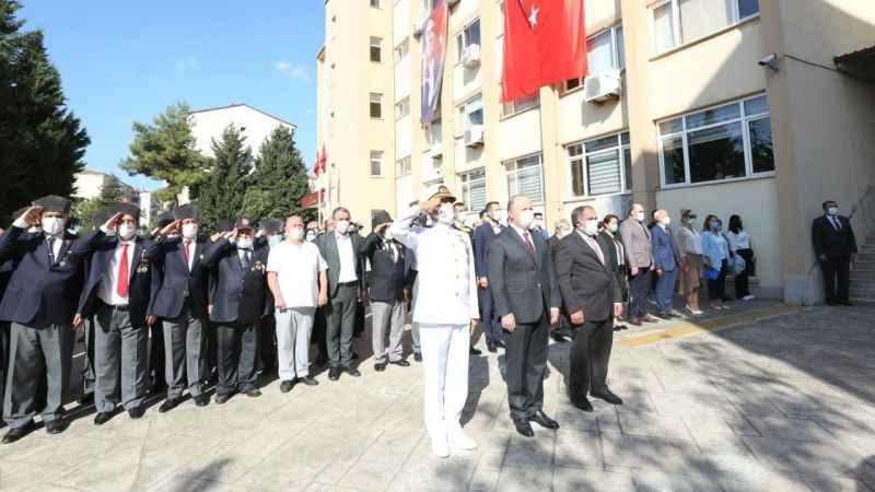 Derince'de gaziler Atatürk Anıtı'na çelenk sundu