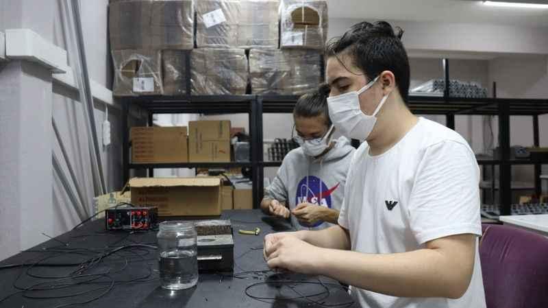 Fabrika gibi çalışan lise şimdi de deney seti üretiyor