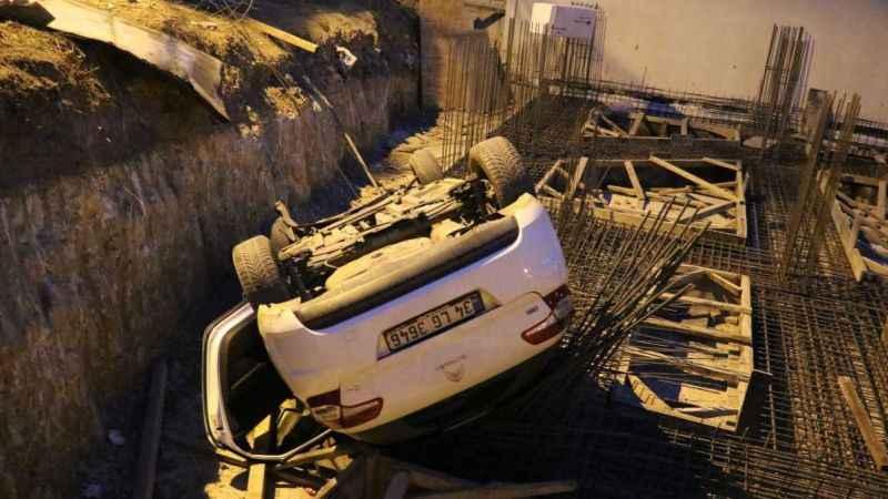 Otomobil yoldan çıktı, inşaat temeline uçtu: 2 yaralı