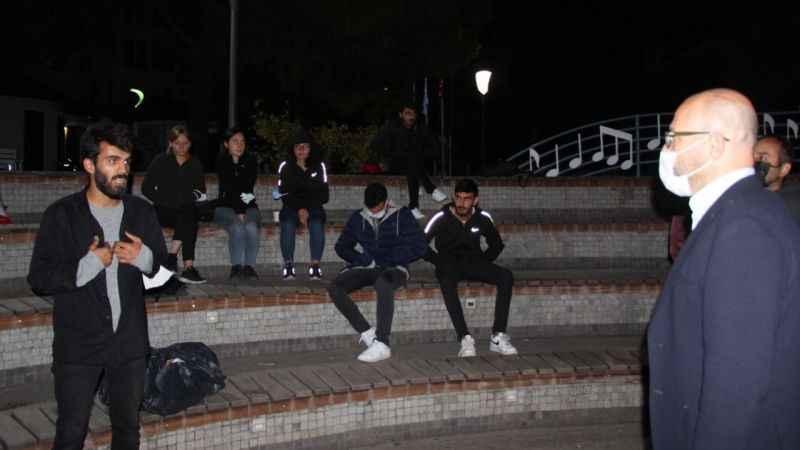 Gençlik ve Spor İl Müdürü sokaktaki öğrencilerin yanına gitti!