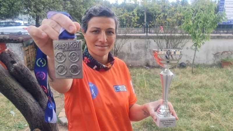 Atletizmle meme kanserini yendi, yarı maraton kazandı