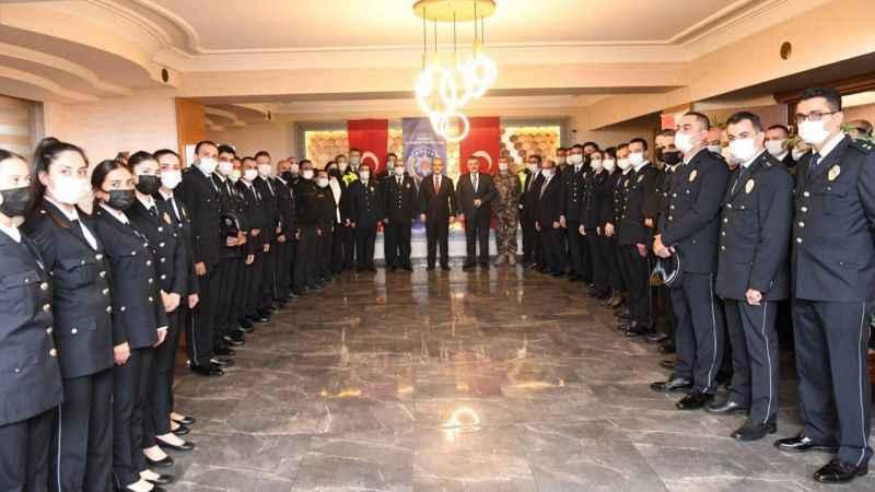 Vali Yavuz terfi eden 46 emniyet mensubuna yeni rütbelerini takdim etti