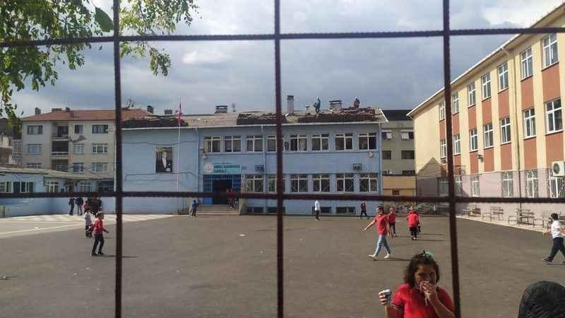 Karamürsel'deki ilkokulda  çatı tamiri tedbirsizliği pes dedirtti