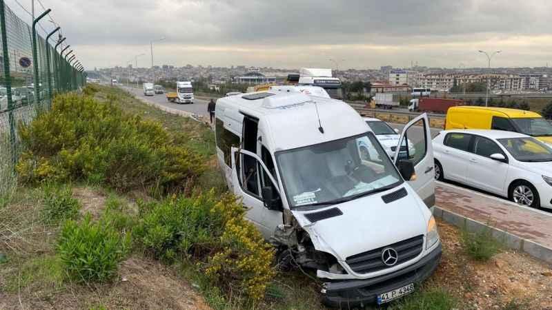 Servis minibüsü direğe çarptı: 2 yaralı