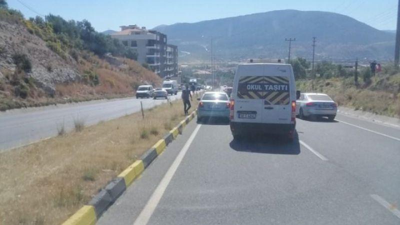 Lüks otomobil karşı şeride geçti: Faciaya ramak kala…