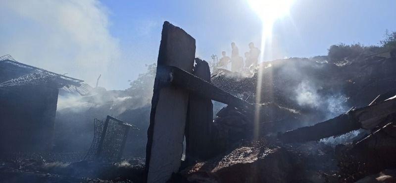 Barakada feci yangın: Onlarca güvercin yanarak telef oldu