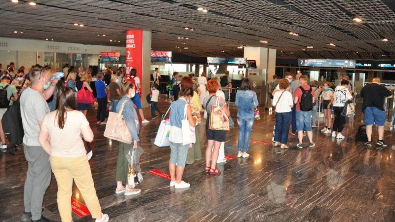 Rus turistleri taşıyan ilk uçak indi
