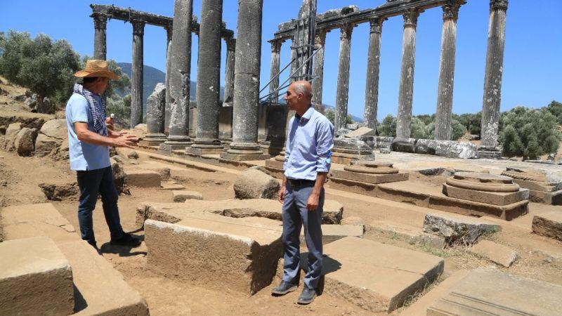Zeus Tapınağı'nda aslanlı heykeller ve yazıt bulundu
