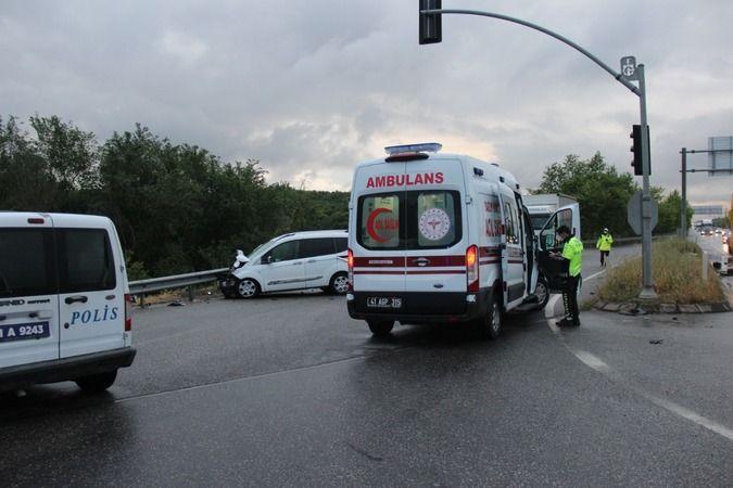 2 araç çarpıştı: 1'i ağır 3 yaralı!