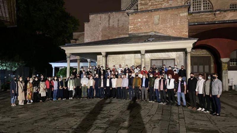 AKP'li gençler sabah namazı için Ayasofya'ya gitti