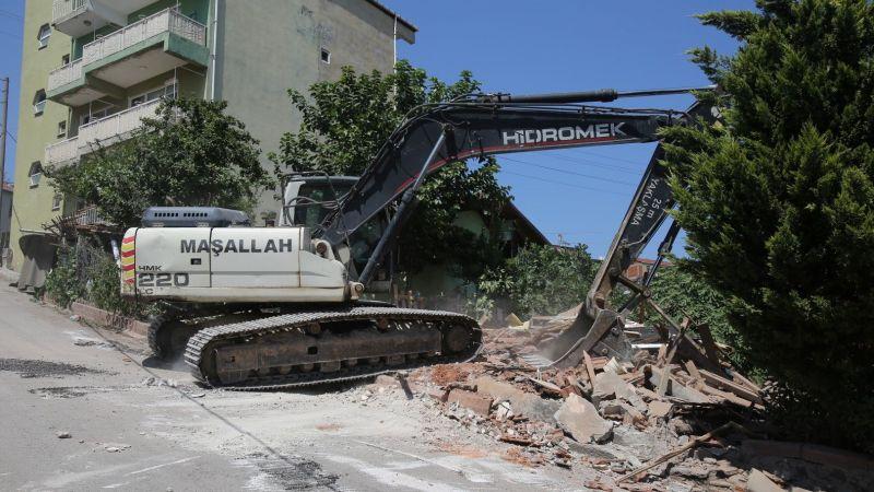Büyükşehir, İzmit'teki o hasarlı binayı yıktı