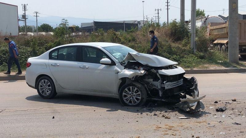 Otomobil, hafriyat kamyonuna çarptı!