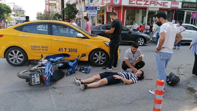 Motosiklet sürücüsü ticari taksiyle çarpıştı!