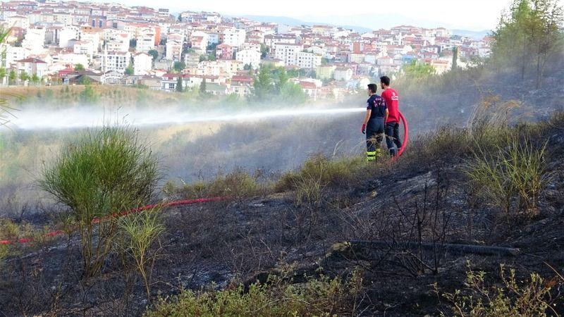 Polis ekipleri ellerinde küreklerle yangın söndürdü