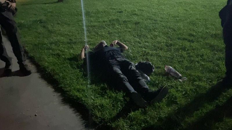 Alkollü şahıs yere yatıp dakikalarca göğsünü yumrukladı