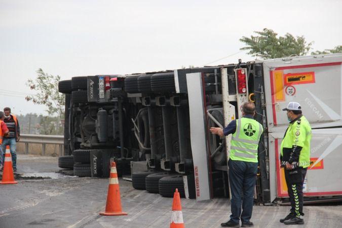 TEM'de yolcu otobüsü ile çarpışan tır devrildi: 3 yaralı