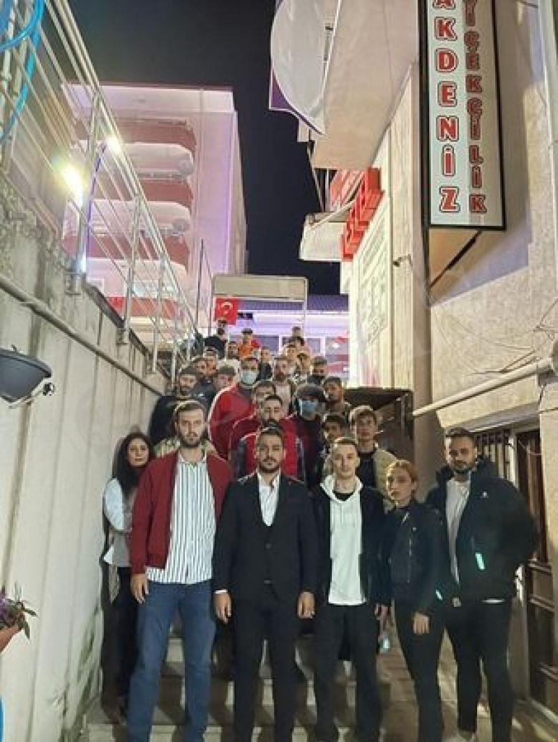CHP'de skandal ! İlçe başkanı kapıyı kilitledi gençleri içeri almadı!