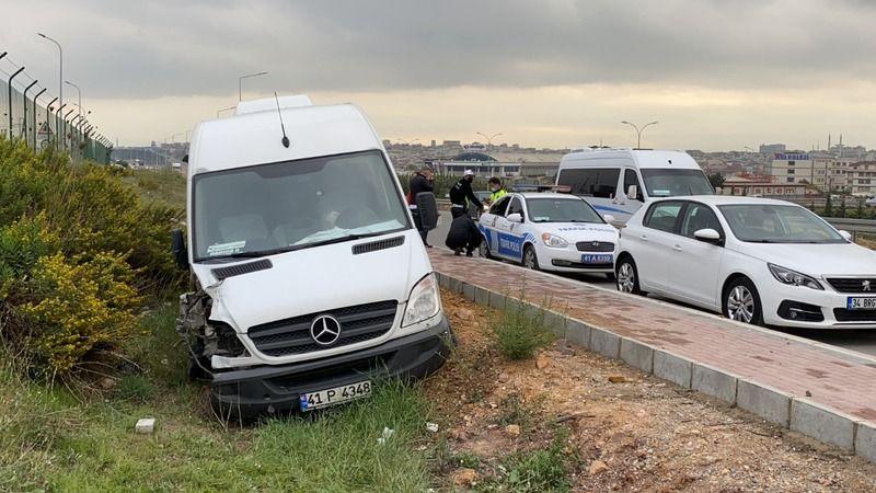 Servis minibüsü direğe çarptı: Yaralılar var