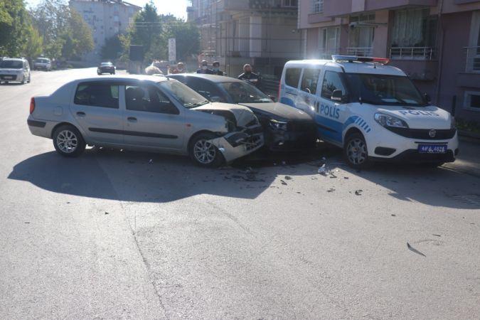 Kaza yapan otomobiller park halindeki polis aracına çarptı