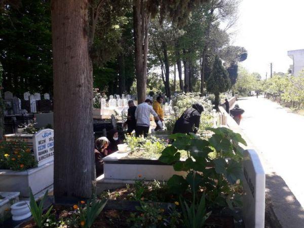 Bayram öncesi tam kapanmaya rağmen mezarlıklar unutulmadı