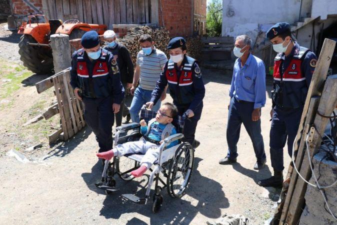 Jandarma ekipleri, engellileri ziyaret etti