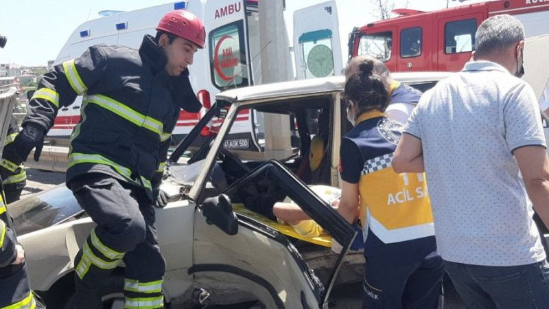 Kocaeli Haber - Kaza Yapan Sürücü Araç İçinde Sıkıştı