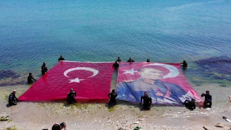 Kocaeli Haber - Denizin Üstünde Dev Türk Bayrağı ve Atatürk Posteri Açtılar