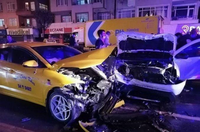 Şehir merkezinde 4 araçlı zincirleme kaza: 2 yaralı