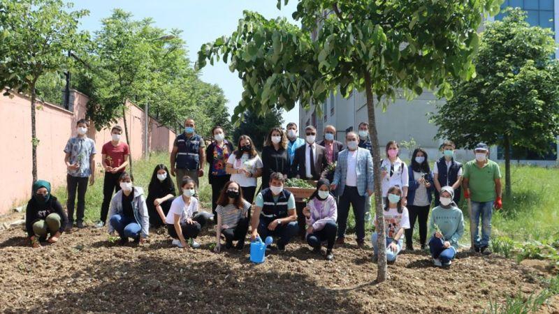 Kocaeli Haber - İzmit Belediyesi'nden Okula Fide Desteği