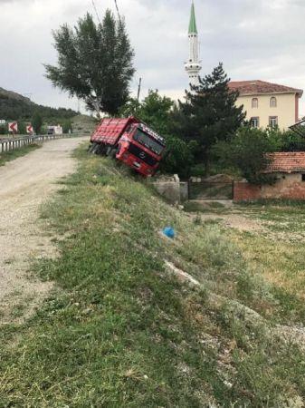 El frenini çekmeyi unuttuğu kamyon menfezde devrildi