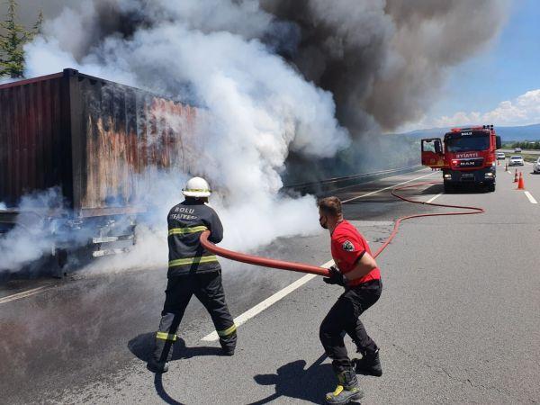 TEM'de alev alev yanan tırı dorsesi kül oldu