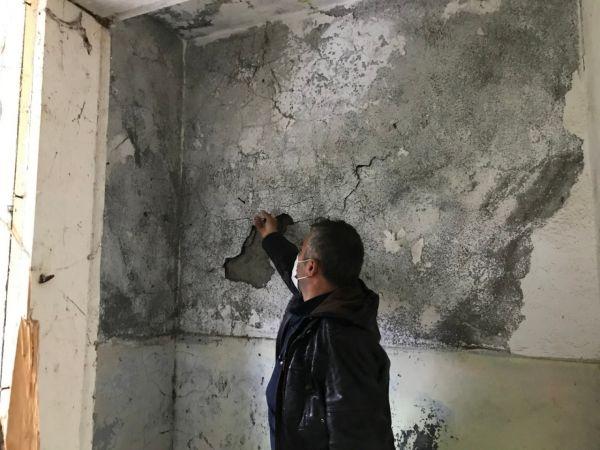 Muhtara, çürük ve yıkılmış okul binasını 'tamir et' dediler