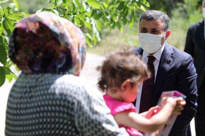 Vali Atay, aile ziyaretlerinde çocukları unutmuyor