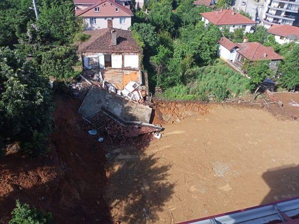 Yoğun yağışta toprak kayınca ev çöktü