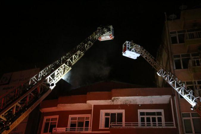 Çatı katında çıkan yangın yanındaki binalara sıçradı, mahalleli sokağa döküldü