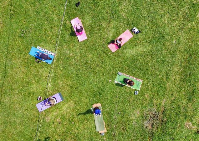 Kadınlar doğada yoga yaptı