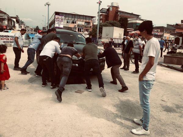 Otomobilin tekerleği çukura düştü vatandaşlar seferber oldu