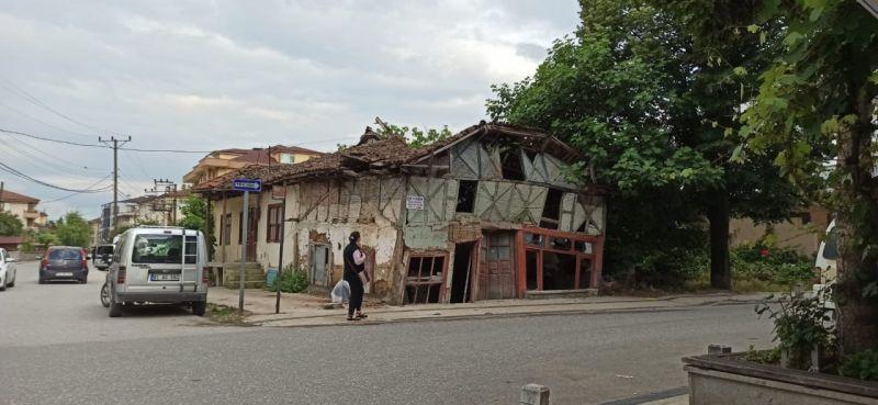 Yıkılma tehlike olan bina yıkıldı