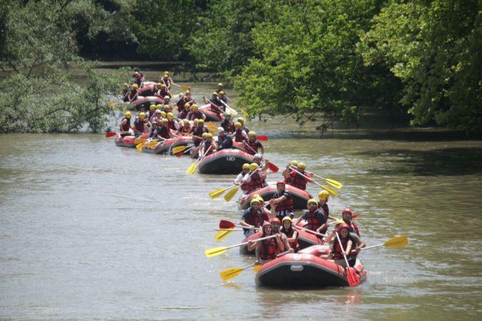 Eğlence tutkunları rafting parkuruna akın etti