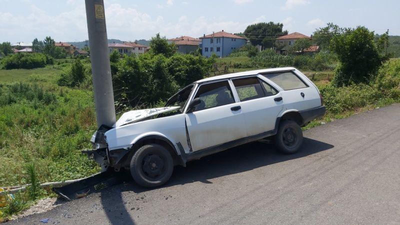 Kontrolden çıkan otomobil direğe çarptı: 3 yaralı